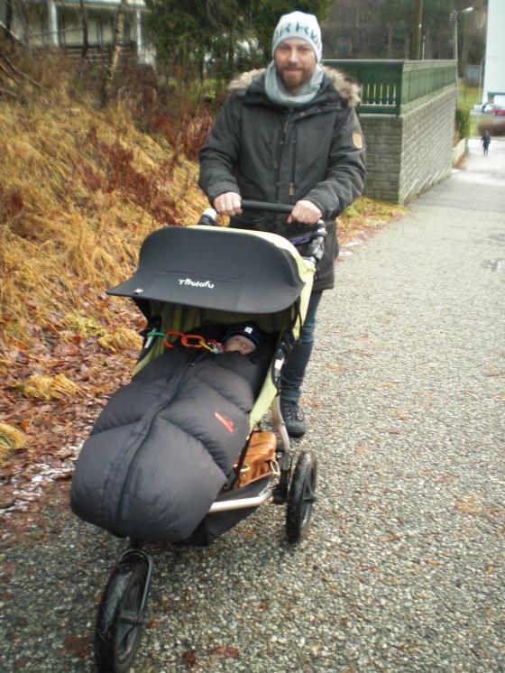 Mann med barnevogn